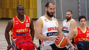 La selección española de baloncesto en silla durante un...