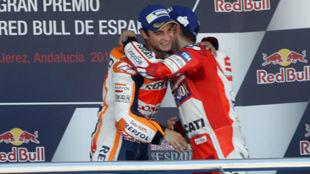 Lorenzo y Pedrosa se abrazan en su último podio juntos en Jerez 2017.