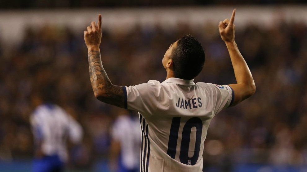 James Rodríguez celebra un gol con la camiseta del Real Madrid.