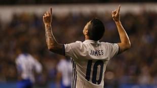 James Rodríguez celebra un gol con la camiseta del Real Madrid.