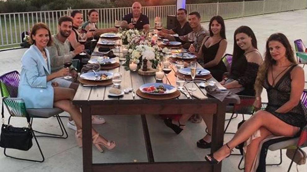 Cristiano brinda con su familia por su fichaje por la Juventus