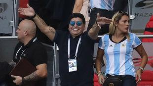 Maradona, en el palco de un partido junto a su novia, Rocío.
