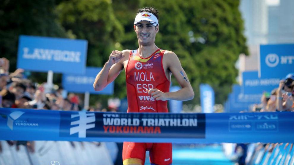 Mario Mola cruza la meta en Yokohama como campeón mundial.