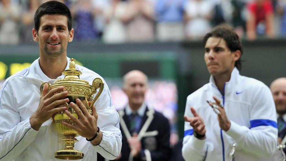 Djokovic, con el trofeo de Wimbledon 2011