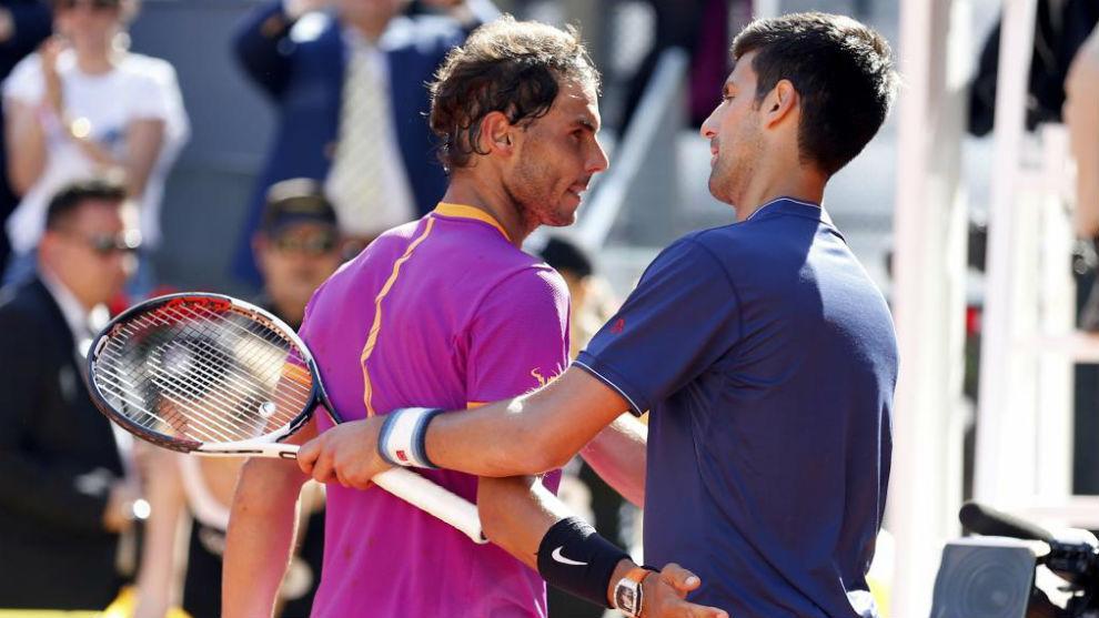 Nadal y Djokovic se saludan después de las semifinales del Mutua...