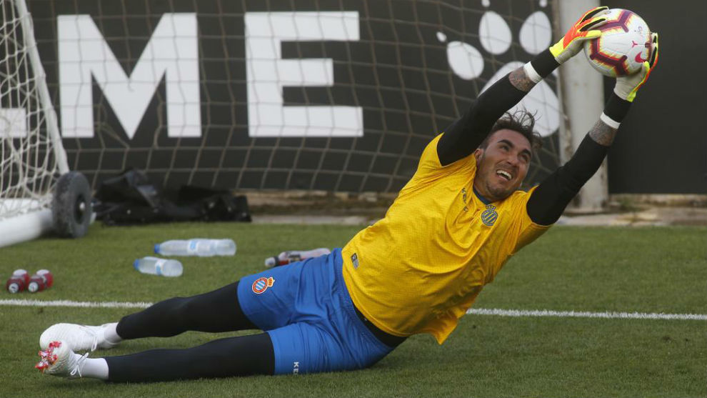Roberto detiene el balón durante un entrenamiento de esta...