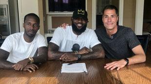 Rob Pelinka junto a LeBron James durante la firma de su contrato con...