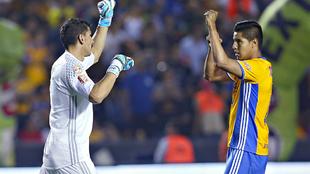 Nahuel Guzmán y Hugo Ayala festejan durante un partido del Clausura...