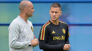 Hazard charla con Martínez en el entrenamiento.