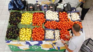 Supermercado en Rusia acomoda las verduras formando las banderas de...
