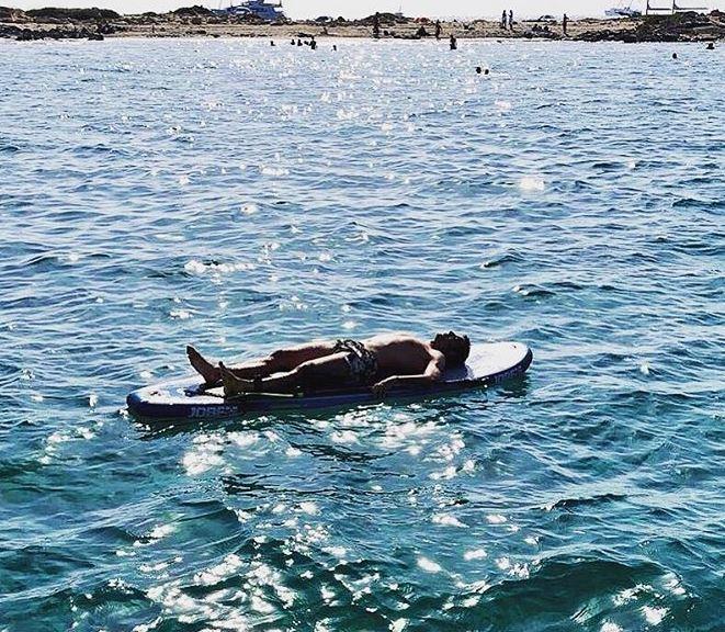 César Azpilicueta, descansando sobre una tabla de surf