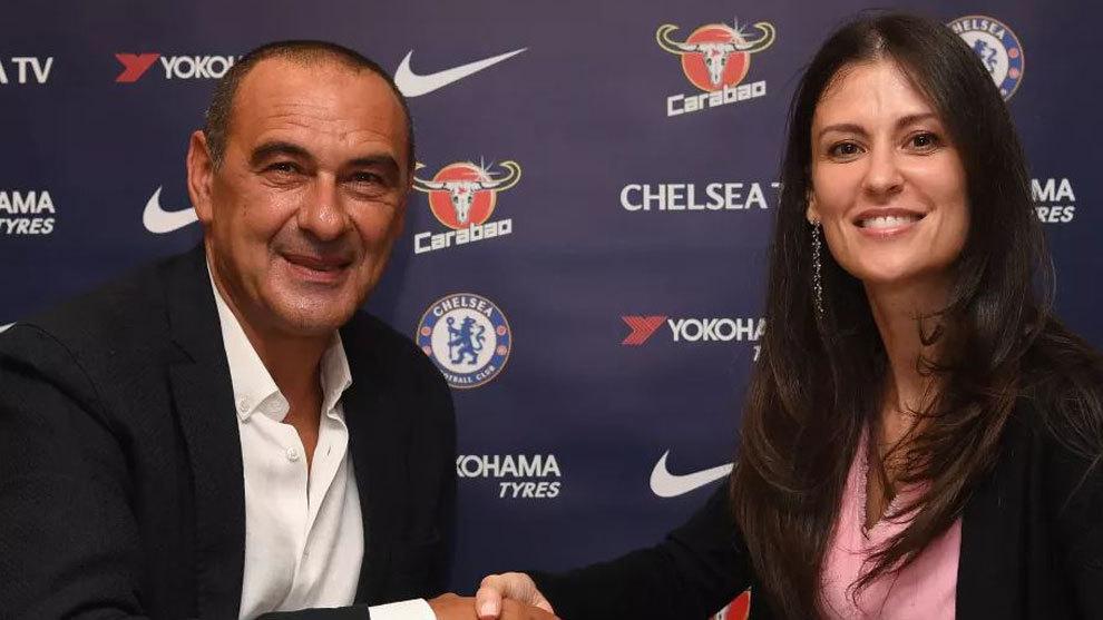 Maurizio Sarri estrecha la mano de la directiva del Chelsea Marina...