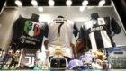 La vitrina de una tienda de la Juventus en Turín con la camiseta de...