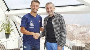 Kevin con Carlos Mouriño en la firma de su nuevo contrato
