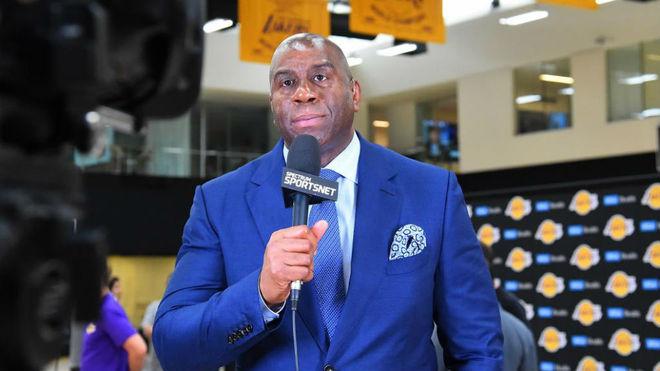 Asiste LeBron James a partido de los Lakers