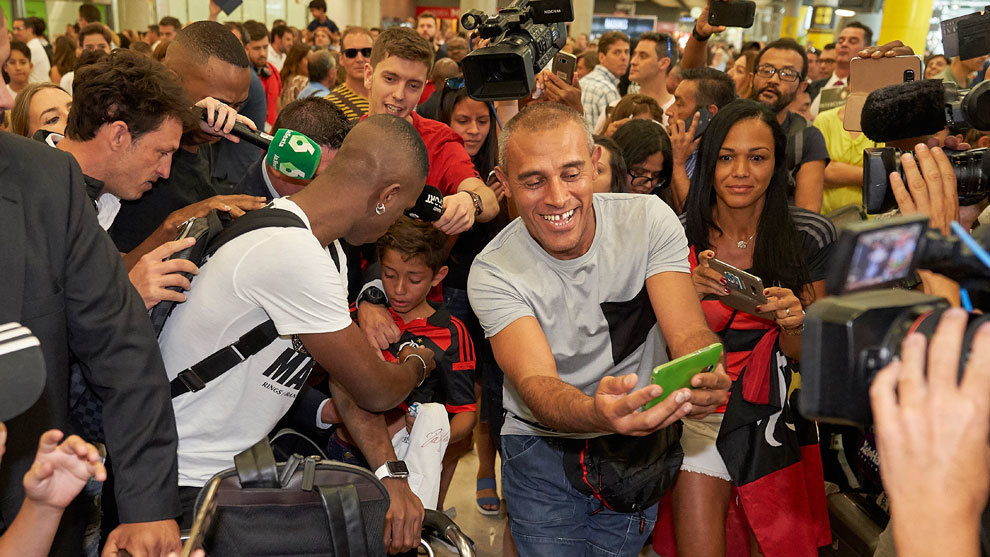 Vinícius firma autógrafos a aficionados del Flamengo a su llegada a...