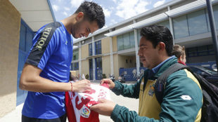 Diego Reyes firma un autógrafo siendo jugador del Espanyol.