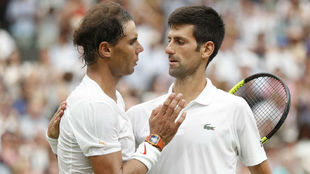 Rafa Nadal felicita a Djkovic al finalizar la semifinal de Wimbledon