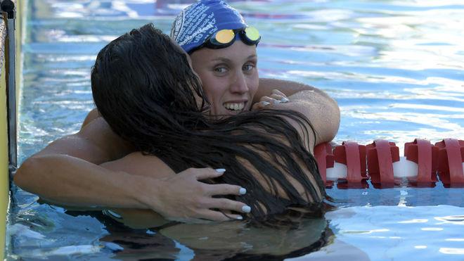 Marina García es felicitada tras ganar la final de los 200 braza