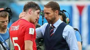 Stones y Gareth Southgate, al final del partido ante Bélgica.