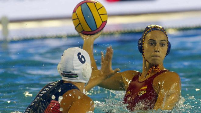 Bea Ortiz controla el balón ante Horvath.