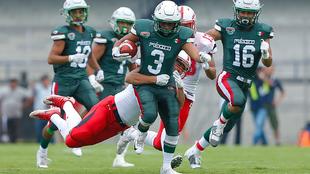 Juan Hurtado corre con el balón ante Japón.