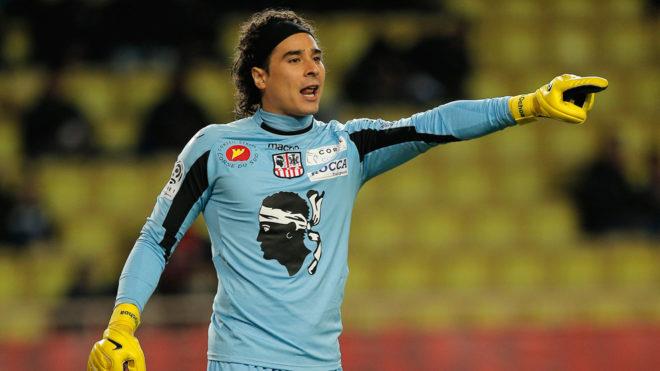 Guillermo Ochoa en un partido con el Ajaccio de Francia