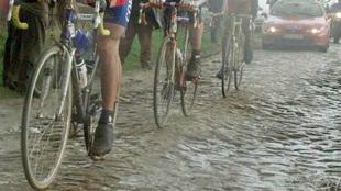Trazado de pavé, durante una rond ciclista.