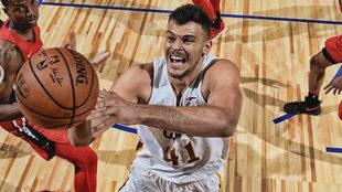 Ante Zizic jugando en las Ligas de Verano de la NBA con los Cavaliers