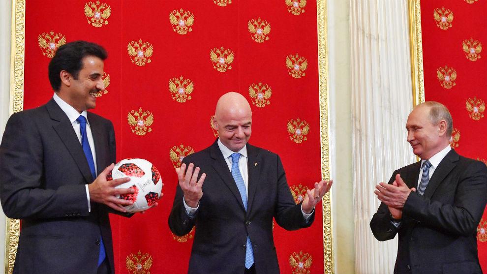 El emir de Qatar, Infantino y Putin, en el acto de relevo de la sede...