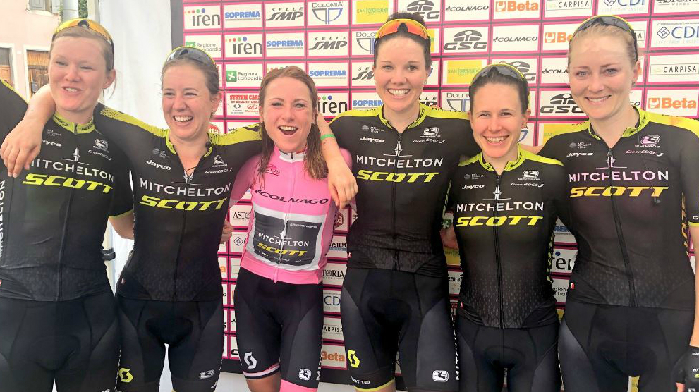 Annemiek Van Vleuten rodeada de sus compañeras del Mitchelton.