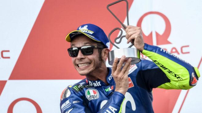 Rossi, con su trofeo en el podio de Sachsenring.
