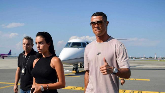Cristiano junto a su pareja, Georgina, a su llegada al aeropuerto de...