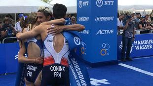 Los integrantes del relevo francés celebran su triunfo.