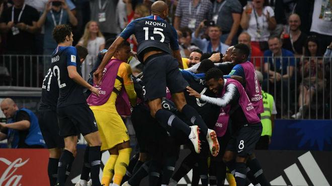 Los jugadores de Francia celebran uno de los cuatro goles que anotaron...