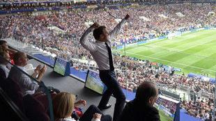 Macron celebra el 1-0 en el palco.