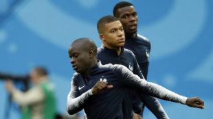 Kanté, Mbappé y Pogba durante un entrenamiento con la selección...