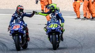 Rossi y Viñales se felicitaron así por el doble podio en...