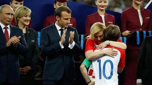 Modric abraza a la presidenta croata.