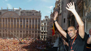 Roberto Martínez saluda a la afición belga.