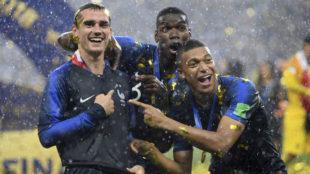 Griezmann, Mbappé y Pogba bromean con la segunda estrella.