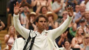 Nadal se despide de la afición tras caer eliminado en Wimbledon.