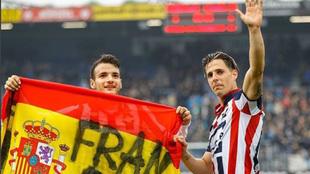 Fran Sol saluda a la afición con una bandera con su nombre