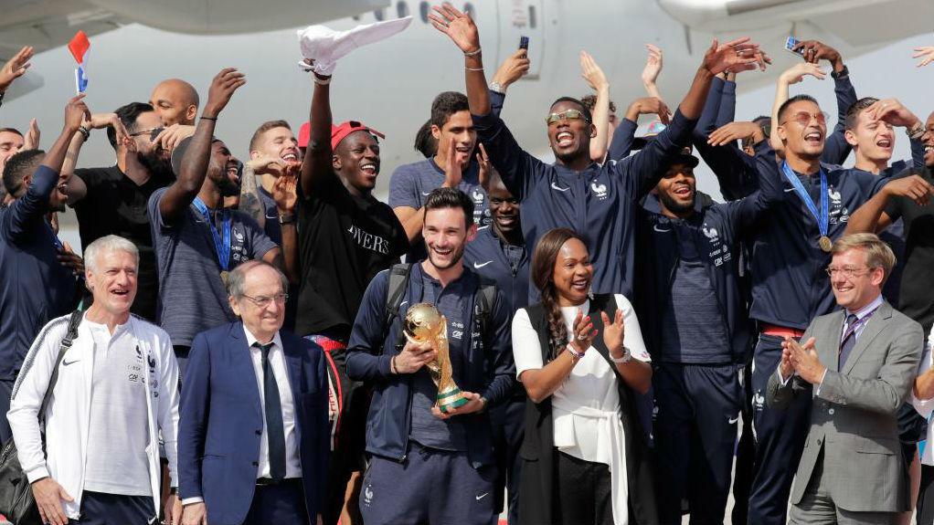 Los jugadores y el entrenador de la selección francesa posan con el presidente de la federación, Noel Le Graet, y con la ministra de deporte, Laura Flessel.