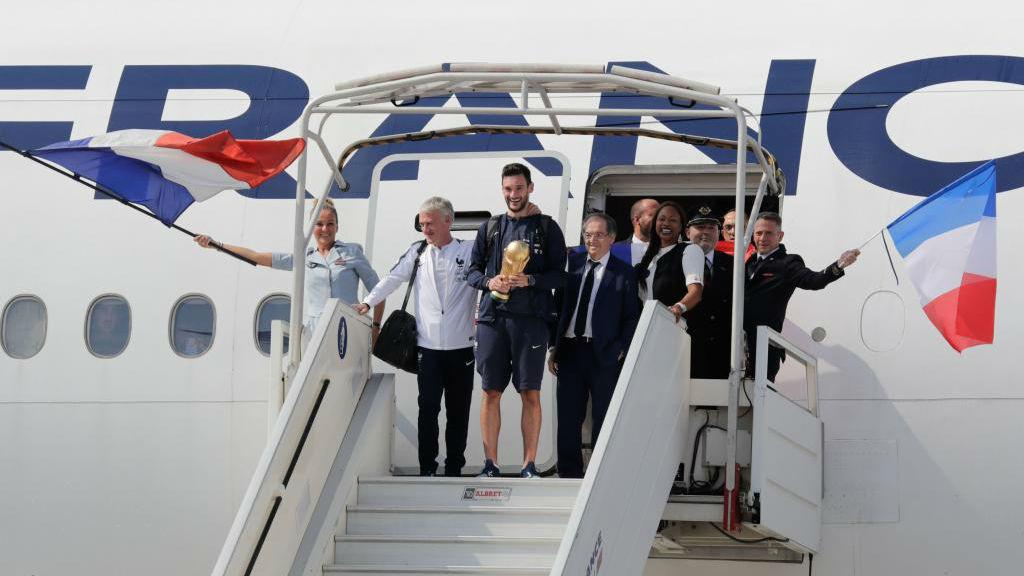 Hugo Lloris ha sido el primero en bajar del avión, con la Copa del Mundo en sus manos.