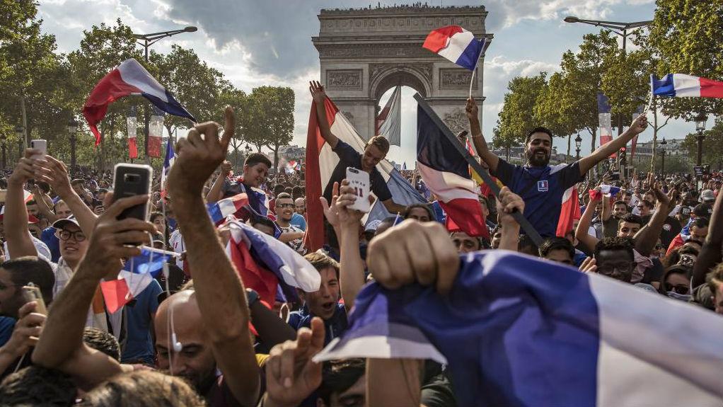 Miles de aficionados franceses enarbolan la bandera de su país.