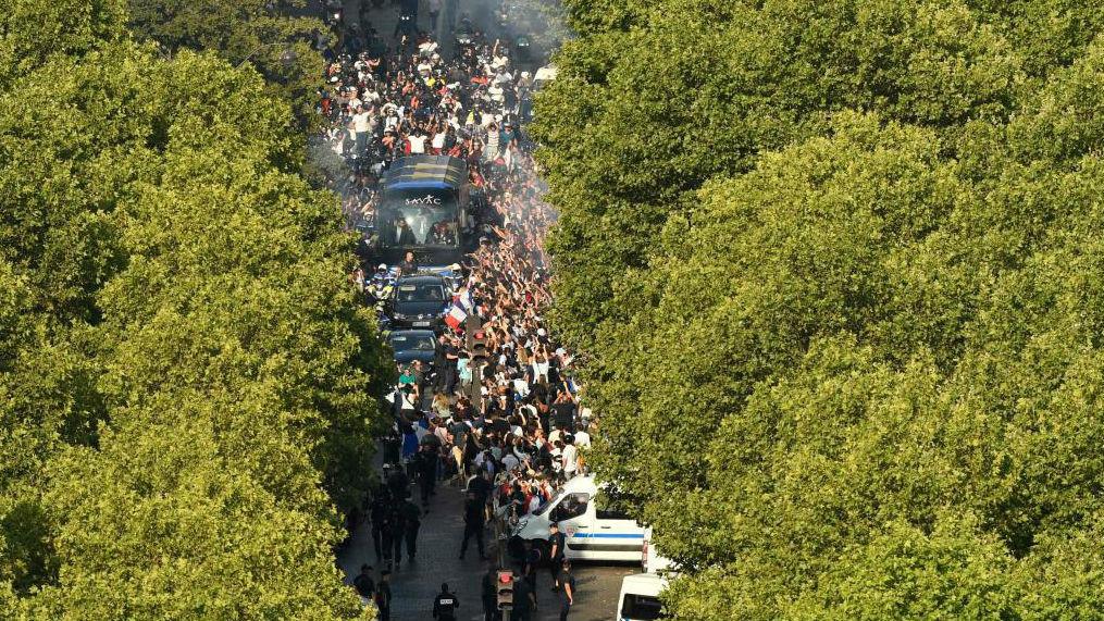 El autobús descapotable de la selección francesa, por las calles de la capital.