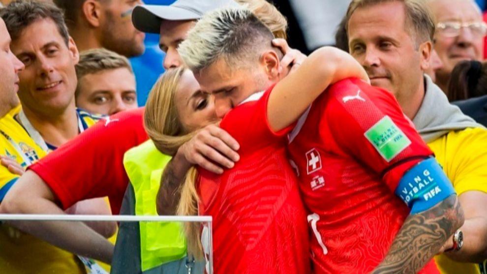 Lara Gut se abraza a Valon Behrami durante un partido del pasado...