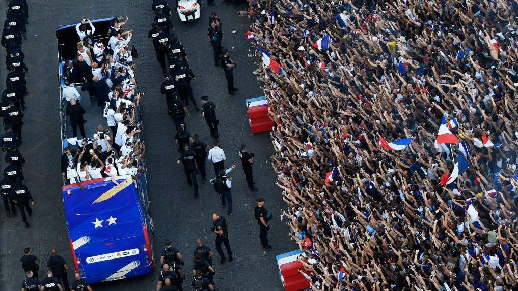 El autobús de la selección francesa, a su llegada a los Campos Elíseos.