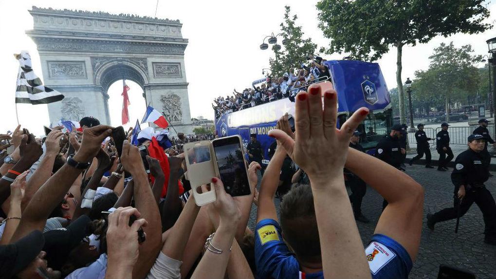 Los jugadores franceses celebran el Mundial ganado con su afición.